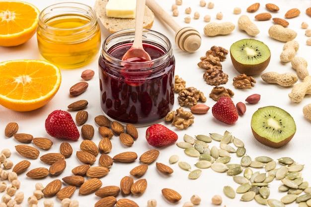 Marmeladenhonig honig, kiwi-erdbeeren: gesundes vegetarisches frühstück.