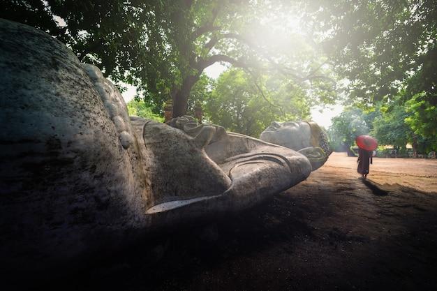 Marmor-buddha-statue mit mönch