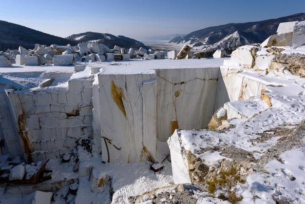 Marmorblöcke im verlassenen buguldeyka-steinbruch im sonnigen wintertag, russland