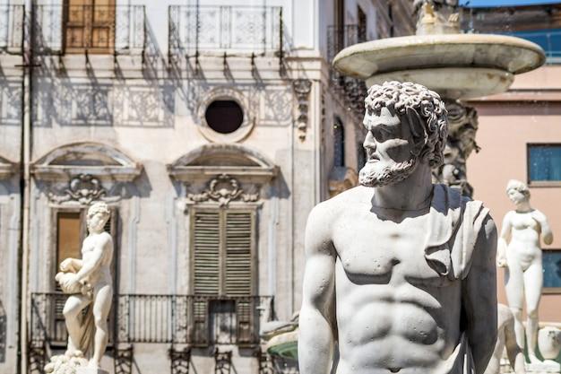 Marmorstatue im marktplatz pretoria, palermo, sizilien