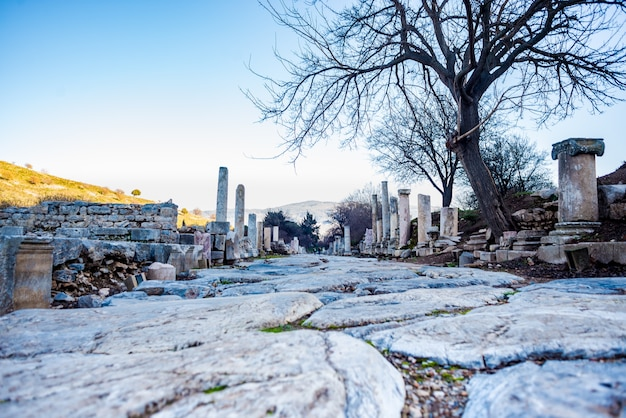 Marmorstraße und -säulen an alter stadt ephesus