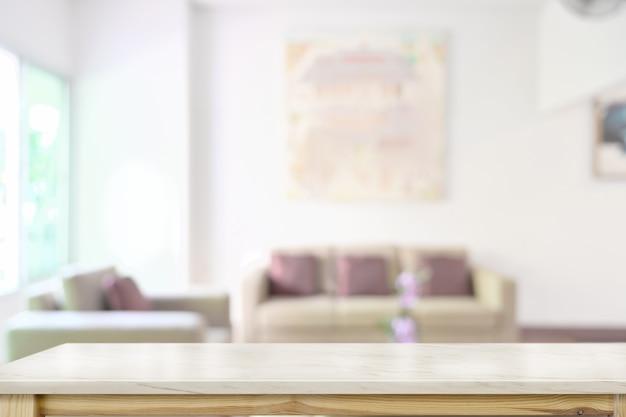 Marmortischplatte über unscharfem wohnzimmerhintergrund
