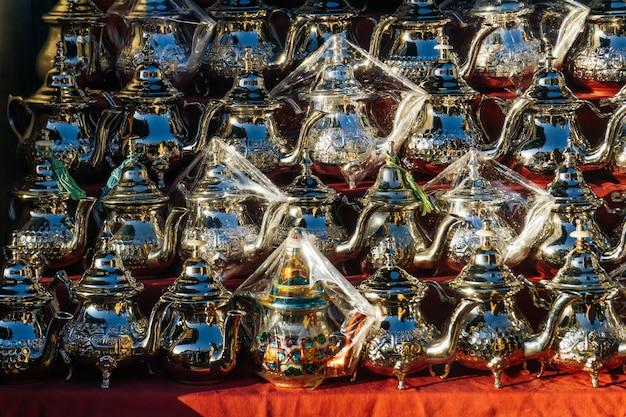 Marokkanische arabische eisenkessel für marokkanischen tee auf dem markt in medina marrakesch marokko