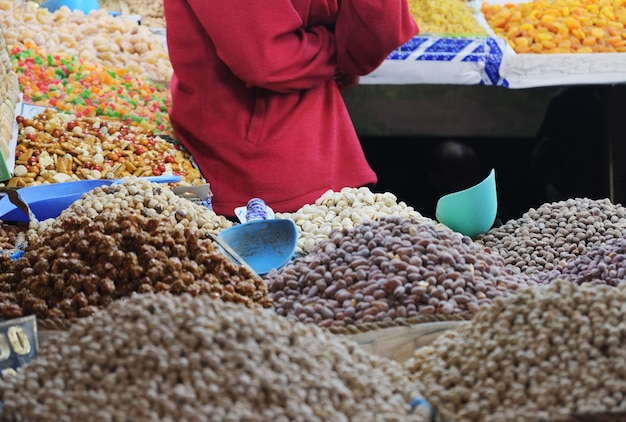 Marokkanische nüsse und trockenfrüchte kaufen im souk-markt. medina von fes, marokko.