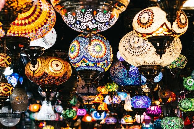 Marokkanische oder türkische mosaiklampen und laternenhintergrund; selektiver fokus