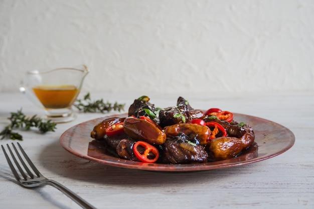 Marokkanische rindfleisch-tajine mit dattelsauce.