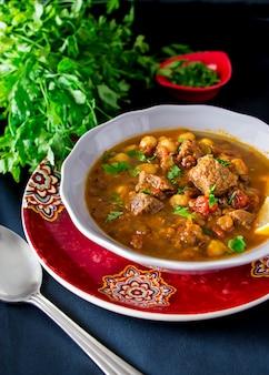 Marokkanische suppe harira mit fleisch