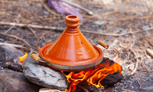 Marokkanische tajines gekocht auf holzfeuer