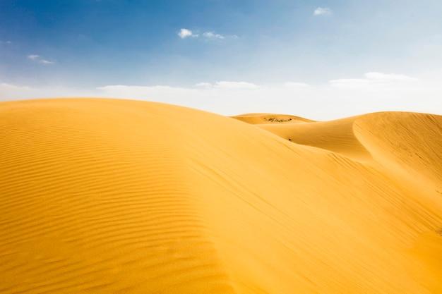 Marokkanische wüstenlandschaft mit blauem himmel. dünen hintergrund.