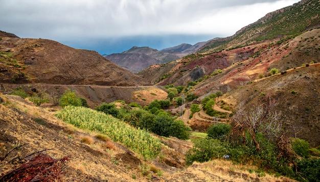 Marokkanischer berg und die gebirgsstraße