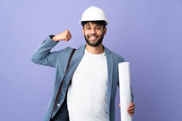 Marokkanischer mann des jungen architekten mit helm und gehaltenen blaupausen isoliert