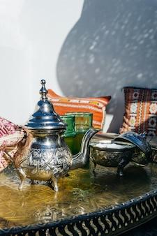 Marokkanischer minztee, serviert in einer speziellen eisen-silber-teekanne
