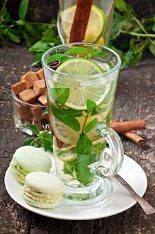 Marokkanischer tee mit minze, limette und zimt