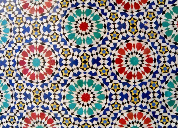 Marokkanisches art-kreis-muster hell u. bunte fliesenwand in fez, marokko, hintergrund, muster