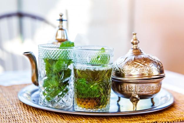 Marokkanisches traditionelles getränk in einer teekanne.