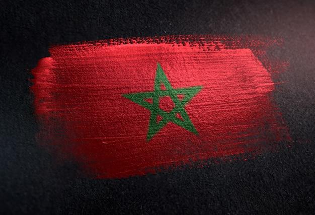 Marokko-flagge gemacht von der metallischen bürsten-farbe auf dunkler wand des schmutzes