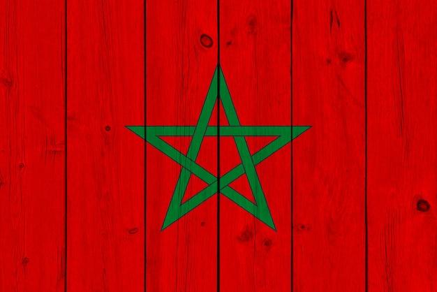 Marokko-flagge gemalt auf alter hölzerner planke