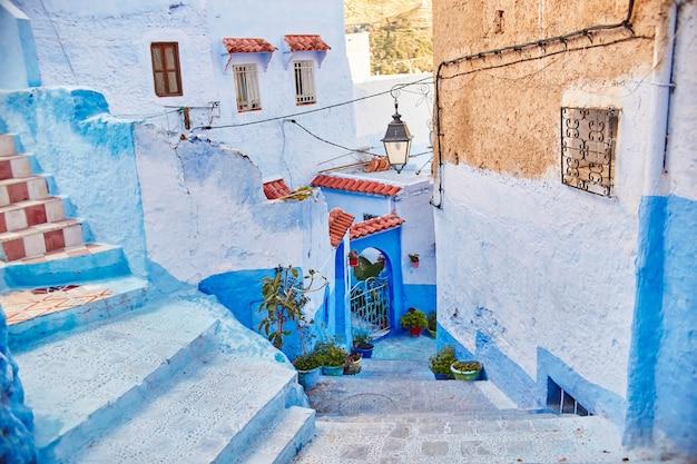 Marokko ist die blaue stadt chefchaouen, endlose straßen in blauer farbe. viele blumen und souvenirs in schönen straßen