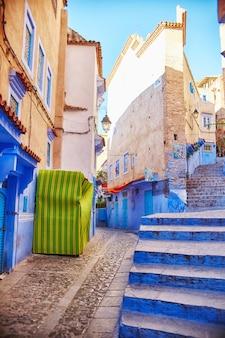 Marokko straßen in blauer farbe chefchaouen gemalt