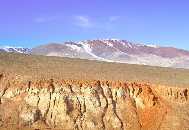 Mars im altai-gebirge der hang des flusstals mit der belichtung von buntem ton