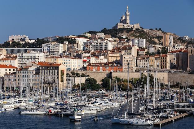 Marseille frankreich berühmter hafenblick auf die notre dame de la garde