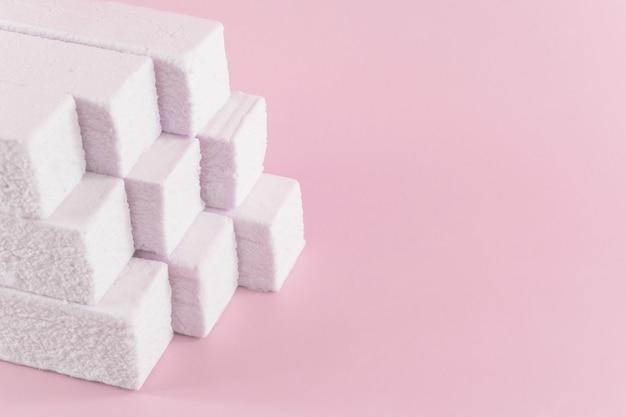 Marshmallow auf einem rosa mit einem kopienraum