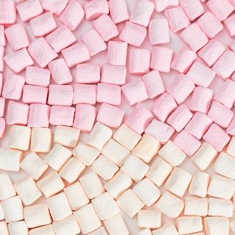 Marshmallow hintergrund. eibisch-rosa und weiße pastellfarben, süßes lebensmittel. ansicht von oben.