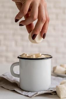 Marshmallow in tee geben