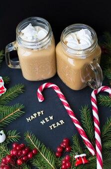 Marshmallow-kakao mit weihnachtsbonbons. die inschrift frohes neues jahr.