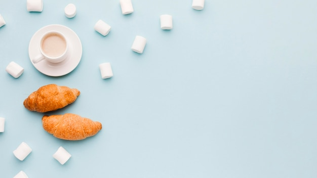 Marshmallow mit croissants und kaffee