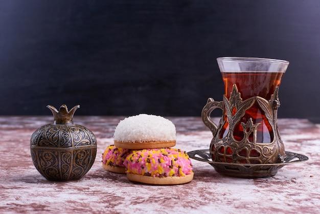 Marshmallow puff cookies mit einem glas tee.
