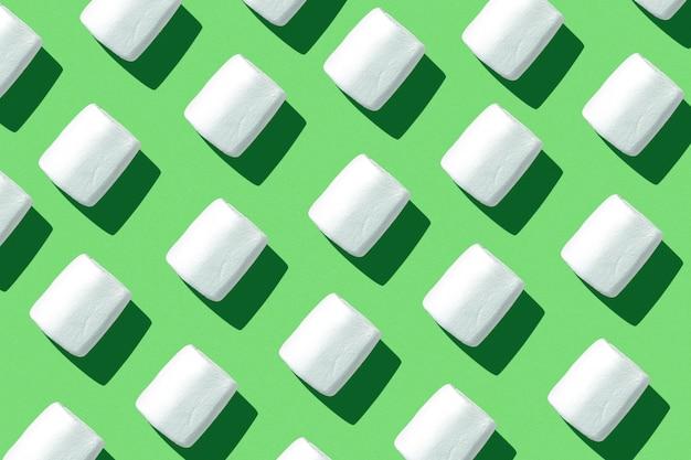 Marshmallows auf einem farbigen hintergrund