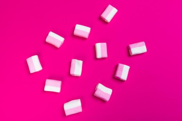 Marshmallows auf einem rosa. ansicht von oben