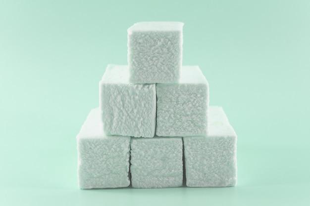 Marshmallows auf grün