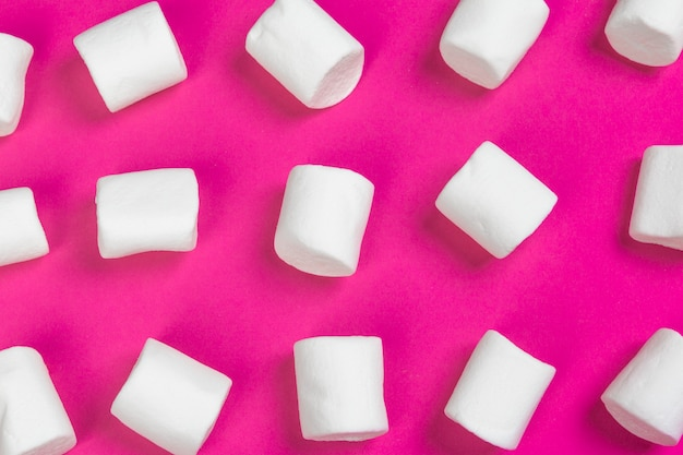 Marshmallows auf rosa hintergrund