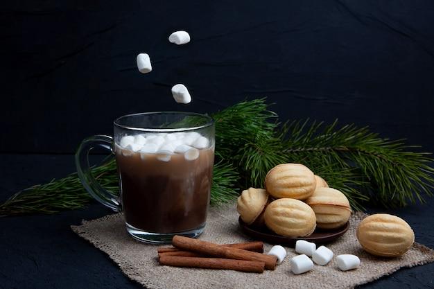 Marshmallows fällt in glasbecher mit heißem schokoladenkakaogetränk. winter essen und trinken konzept. fliegender marshmallow.