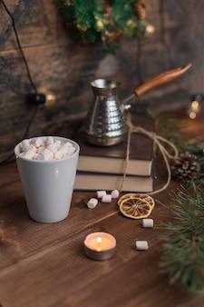 Marshmallows in einer tasse kaffee mit turka in weihnachtsschmuck