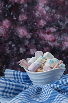 Marshmallows in gemischter form auf weißer untertasse oder platte.