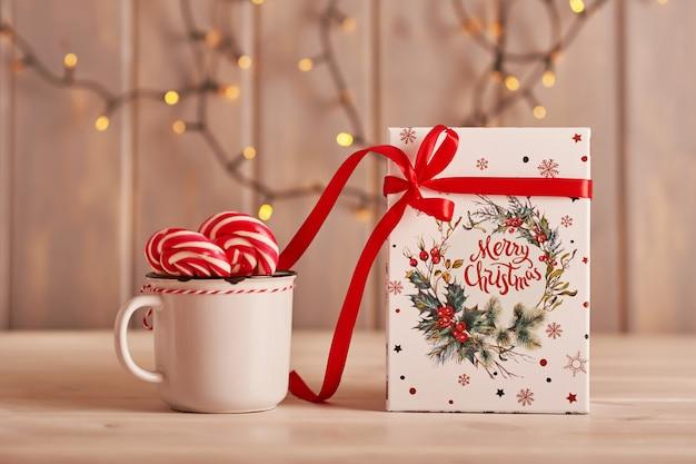 Marshmallows, lutscher und milch der süßigkeiten des neuen jahres auf dem tisch mit geschenken