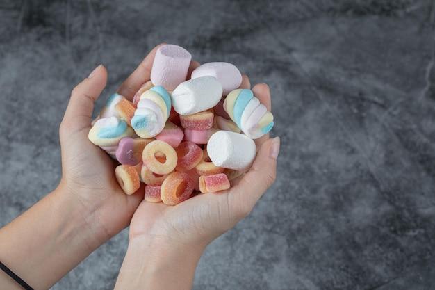 Marshmallows und jellybeans in gemischter form zur hand.