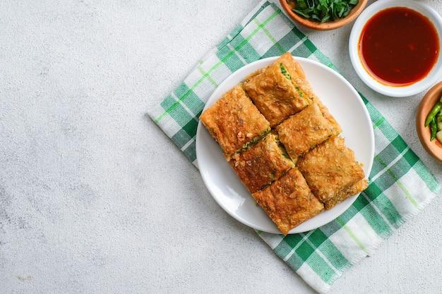 Martabak telor oder martabak telur. herzhaftes pfannengebäck gefüllt mit ei, fleisch und gewürzen. martabak telur ist eines der indonesischen streetfoods