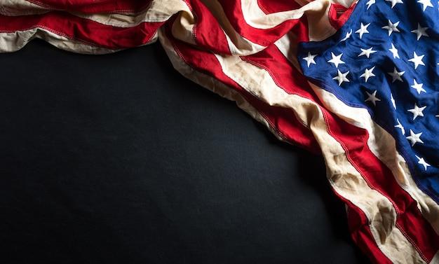Martin luther king day jubiläumskonzept. amerikanische flagge gegen schwarzes holz