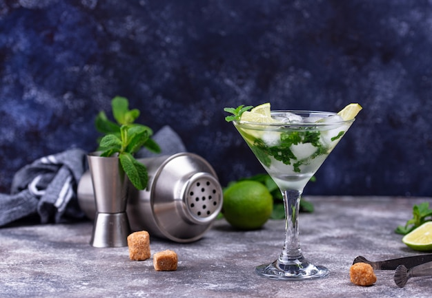 Martini cocktail mit limette und minze.