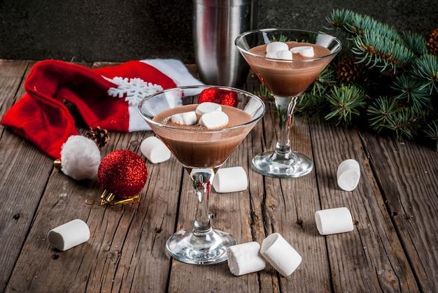Martini-cocktails mit heißer schokolade und marshmallows