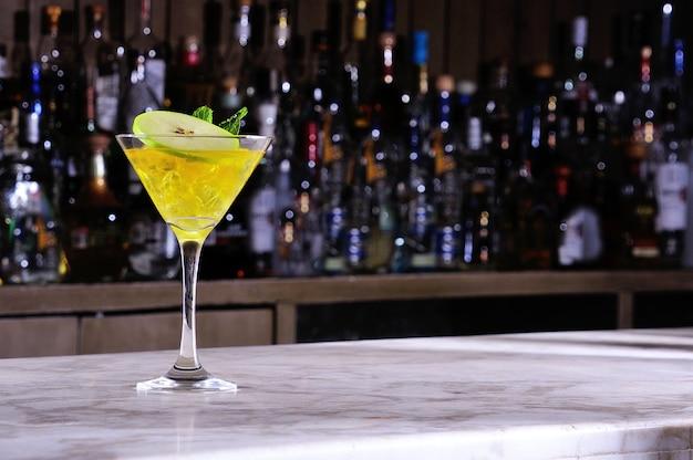 Martini mit grünem apfel