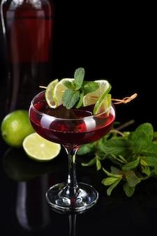 Martini rosso cocktails mit limette und minze. drink-aperitif auf wermutbasis