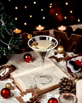 Martini serviert mit salz und oliven