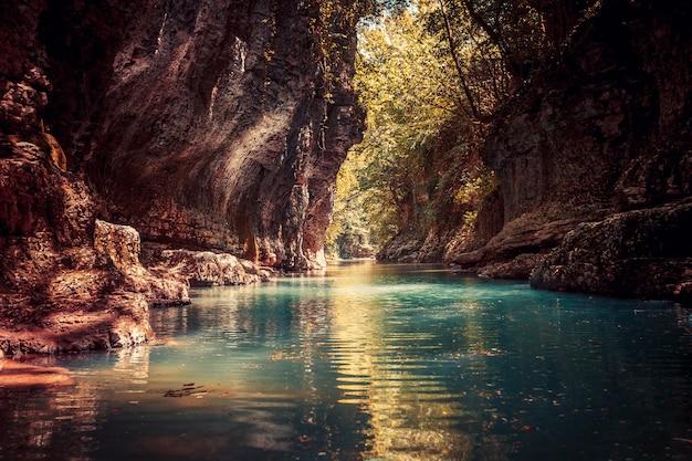 Martvili-schlucht in georgia. schöne schlucht mit blauem wassergebirgsfluss. ort zu besuchen. naturlandschaft. reise-hintergrund. urlaub, rafting, sport, erholung. vintage retro-tonungsfilter