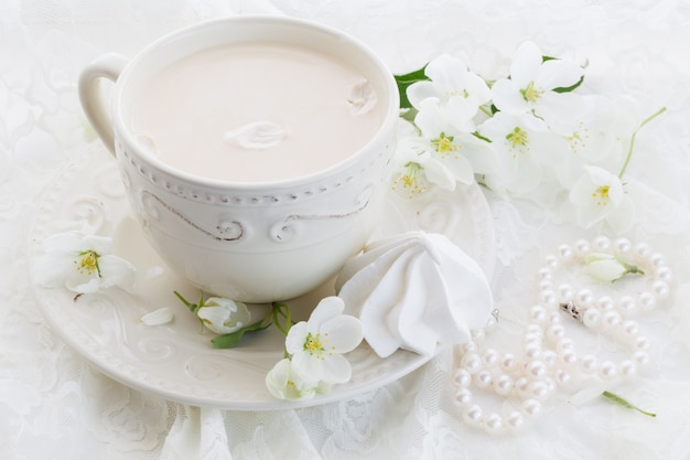 Masala tee chai latte hausgemachte traditionelle indische süße milch mit gewürzen getränk in porzellantasse auf holztischwand