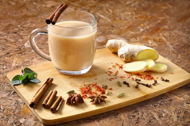 Masala tee. nützlicher tee mit gewürzen, indischem rezept, zutaten auf dem brett.